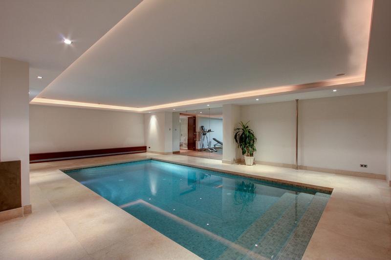 Indoor Pool mit Schaukel und Holzdecke
