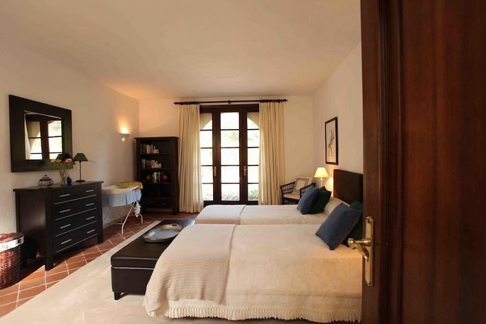 Grote villa te koop in el paraiso estepona met 8 slaapkamers gebouwd 800m2 tuin 4200m2 price - Volwassen slaapkamer stijl ...