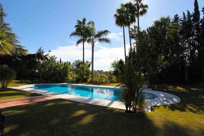 Large villa for sale in el paraiso estepona con 8 for Jardin 800m2